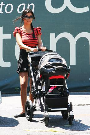 Кортни Кардашьян и ее черная Бугабу Хамелеон. Фото с сайта babble.com