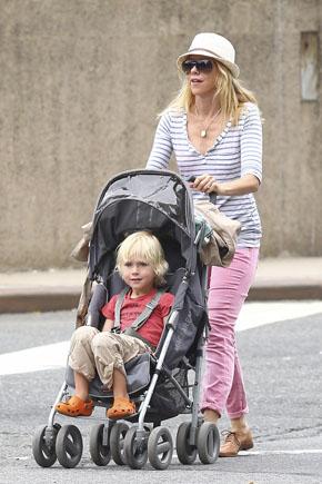 Наоми Уоттс возит малыша в Maclaren Techno XT. Фото с сайта babble.com