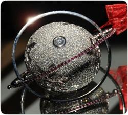 Самую дорогую елочную игрушку украсили 1578 бриллиантами