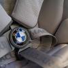 Застежку ремней безопасности украшает логотип BMW