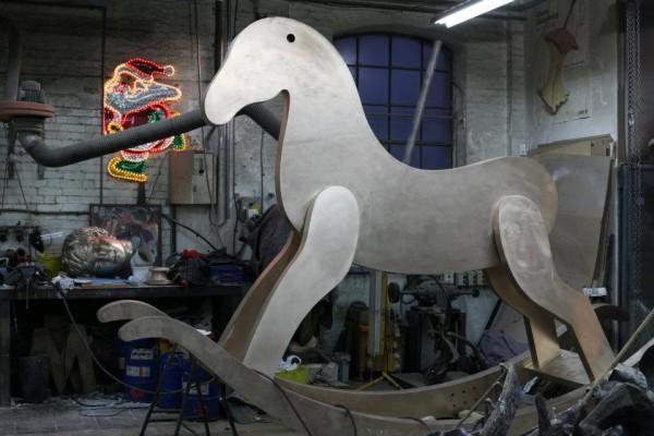 Лошадка в работе. Фото со страницы Четвертого постамента на Facebook