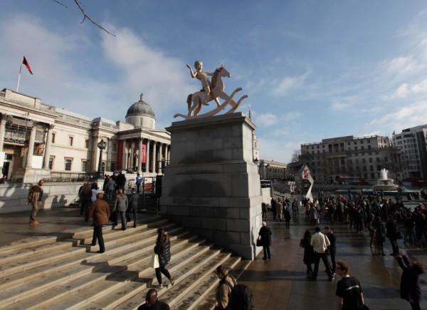 Фото статуи Золотого мальчика со страницы Четвертого постамента на Facebook