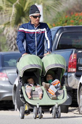 Мэтью Макконахи возит своих детей в Baby Jogger City для двойняшек. Фото с сайта babble.com