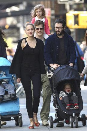 Лили Собески и Беби Джоггер в общем для звезд немарком тренде. Фото с сайта babble.com