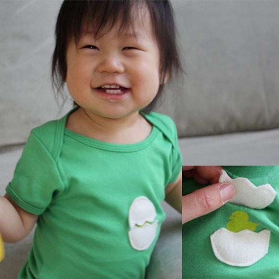 Футболка с цыпленком в яйце. Фото http://www.etsy.com/shop/LittleBlueFrogs