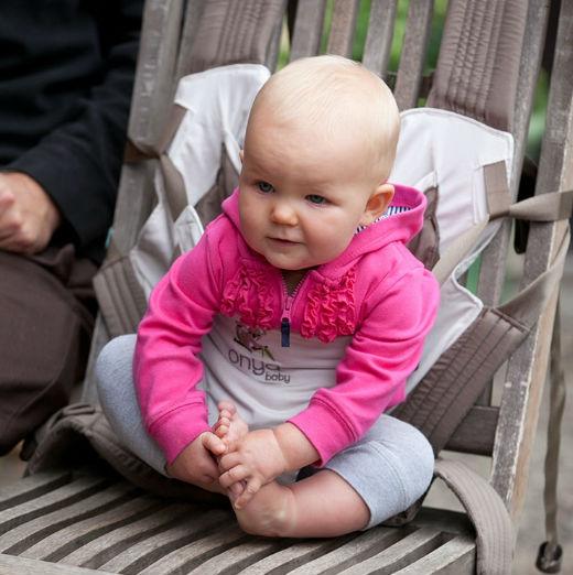 Ребенок может сидеть на стуле с помощью рюкзака Onja. Фото с сайта производителя