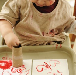 Ребенок играет с трубкой от рулона туалетной бумаги. Фото с с айта prudentbaby.com
