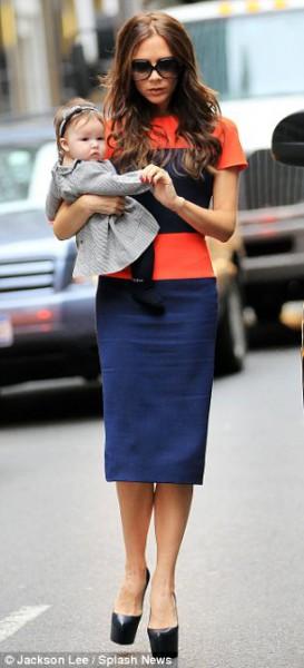 Виктория Бекхэм на Нью-Йорской неделе моды в платье собственного дизайна. Фото с сайта dailymail.co.uk